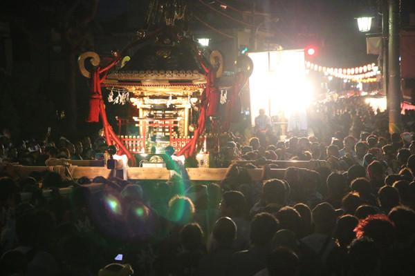 土師祭2014 先導ジープに照らされる千貫神輿