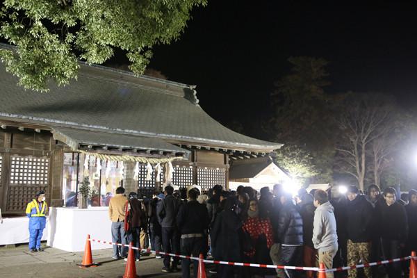 拝殿前の初詣の様子 鷲宮神社2015年初売り