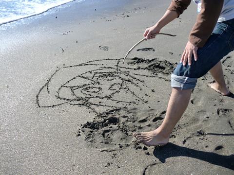 由比ヶ浜でイカちゃんを描く責任力