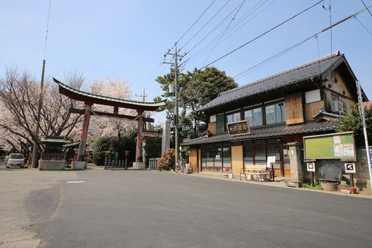 鷲宮神社鳥居と大酉茶屋20140401