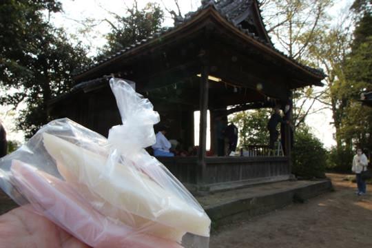 八甫鷲宮神社の神楽と紅白餅