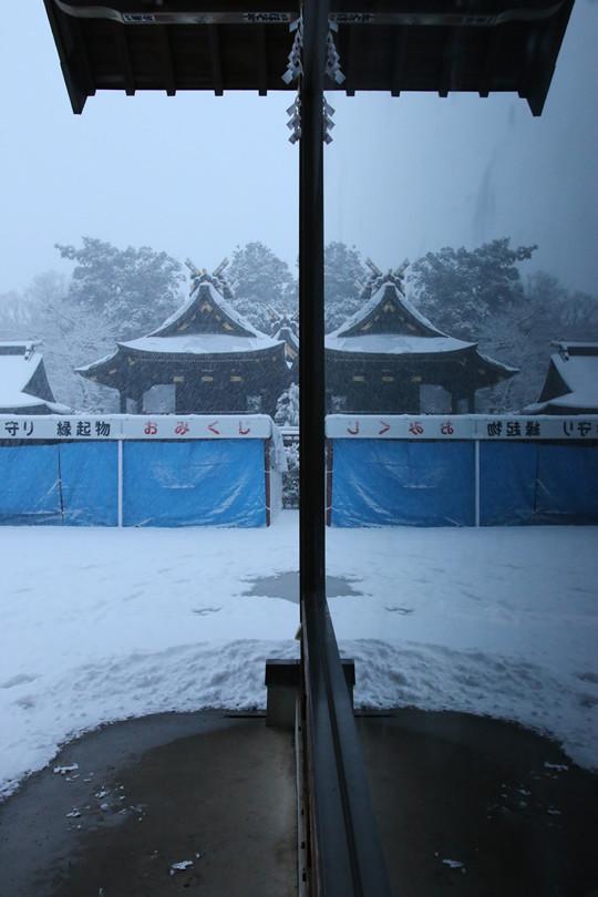 雪の鷲宮神社 窓に映る本殿