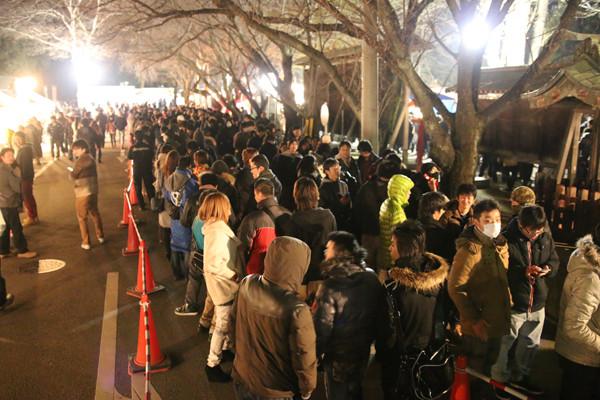 年越し前の参拝列2 鷲宮神社2015年初売り