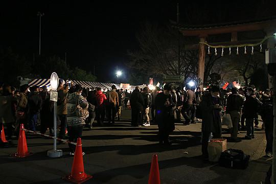 14 年越し迫る鷲宮神社鳥居前