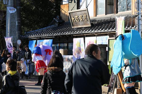 「かがみん」をみつめる「はちゅねミク」 鷲宮神社2015年初売り