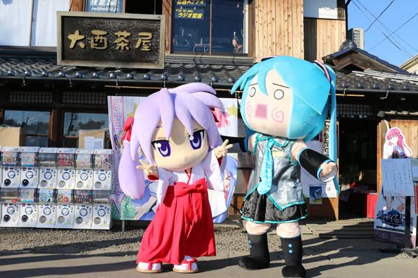 「かがみん」と「はちゅね」記念写真 鷲宮神社2015年初売り