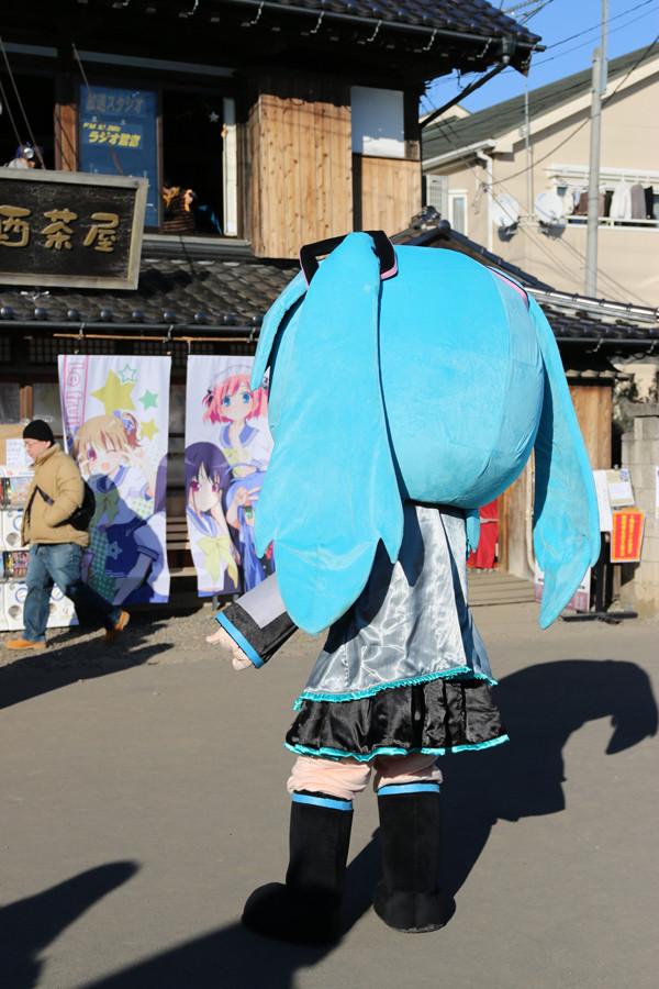 大酉茶屋前に「はちゅねミク」2 鷲宮神社2015年初売り