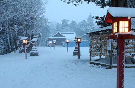 雪の鷲宮神社 日没後の絵馬掛け所付近
