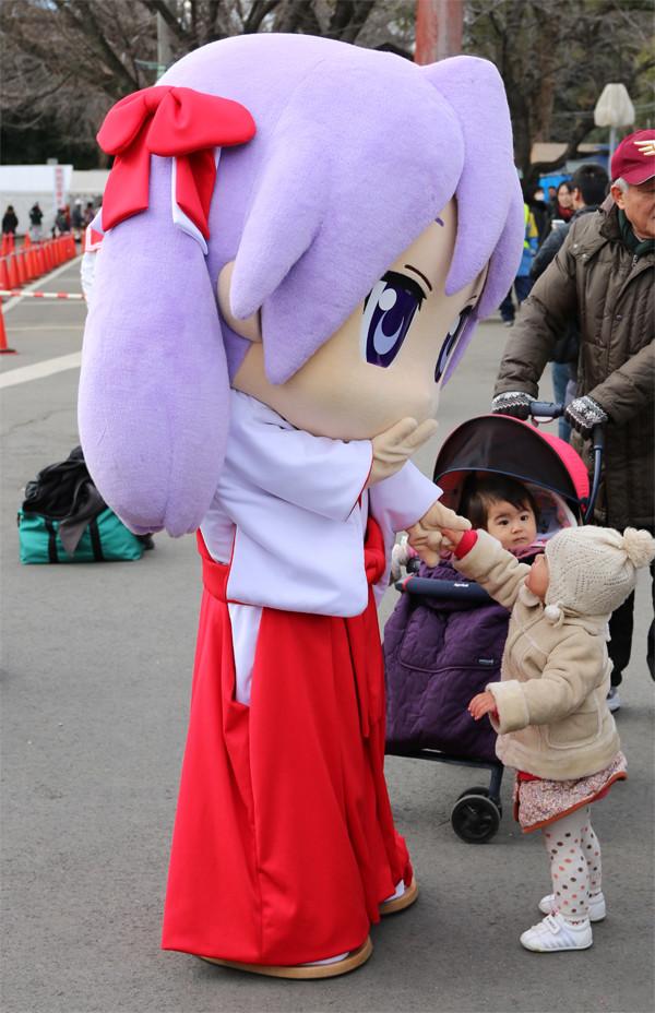 子供と戯れるかがみん7 鷲宮神社2015年初売り