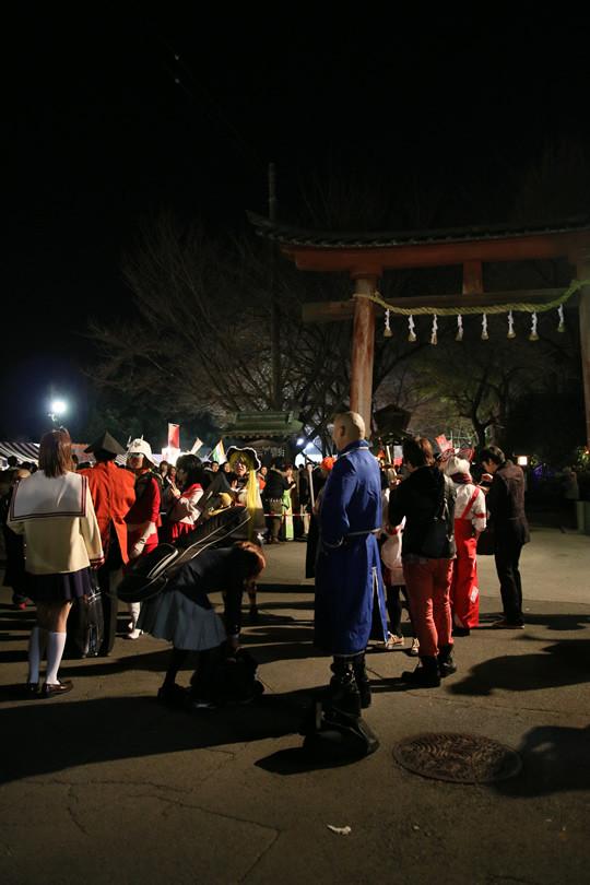 16 年越しを鷲宮神社で迎えるコスプレイヤーの人たち