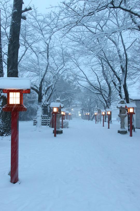 雪の鷲宮神社 日没後の境内参道