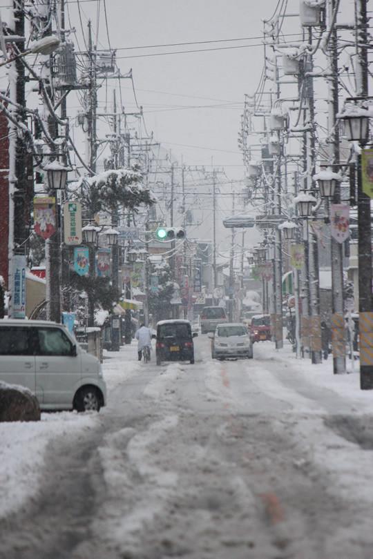 大雪の日の鷲宮神社鳥居前から見た門前通り
