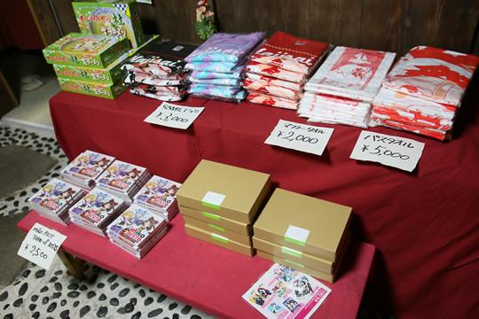 コスプレ茶屋店内の土師祭らき☆すたグッズとフロントウィンググッズ