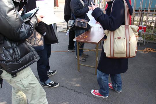 キャラハンティング抽選会アンケートを書く人々