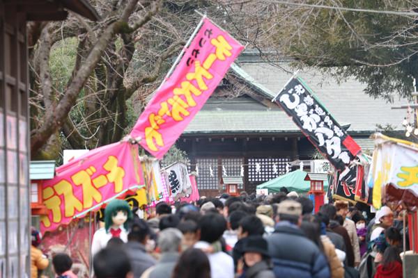 鷲宮神社境内の参拝列 鷲宮神社2015年初売り