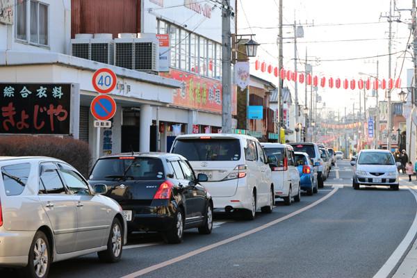 1月4日の鷲宮神社商店街の交通渋滞