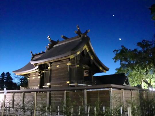 2011年の夜明けと鷲宮神社本殿