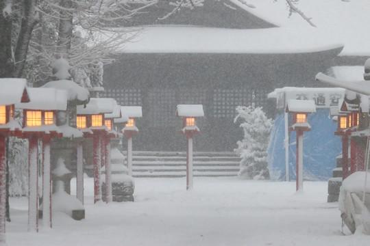 雪の鷲宮神社境内