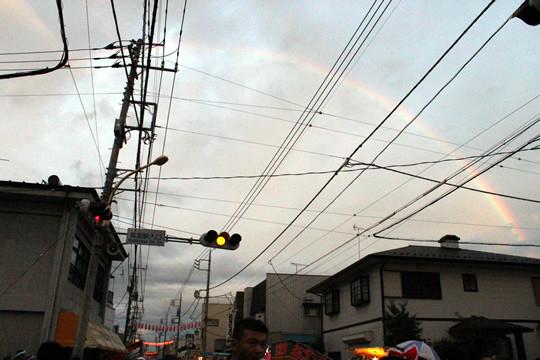 門前通りに架かる虹