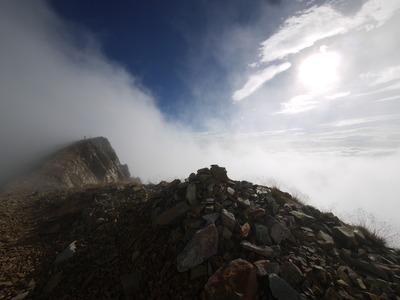 杓子岳山頂を望む