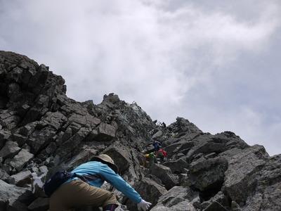 槍ヶ岳頂上岩場下から
