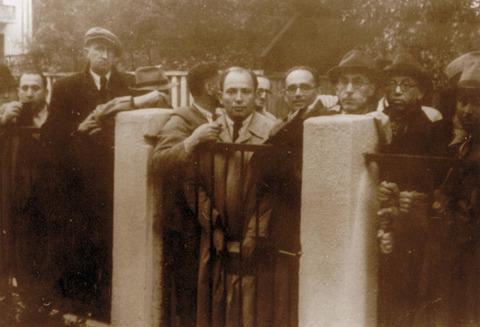 日本領事館でビザ発給を訴えるユダヤ人避難民たち(1940年7月)p07