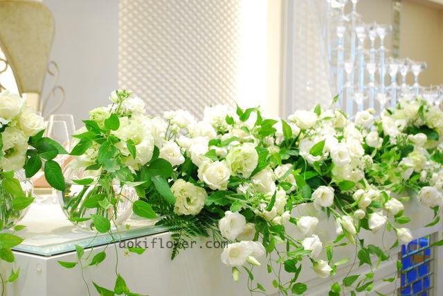 キャンドルタワーのお花はウェディングらしい可愛らしさを出したい。