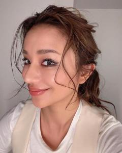 高橋メアリージュン、ウェットなまとめ髪スタイル公開