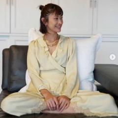 山田優、エレガントなルームウェア姿に大反響「めちゃくちゃお洒落」「そのゴツいネックレスは?」