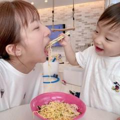辻希美、「あーん」で1歳児に食べさせてもらう姿に大反響