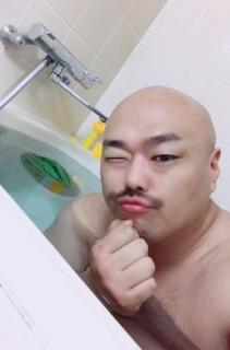 クロちゃん、スイカと一緒に水風呂に入って批判殺到「衛生的に気持ち悪い」