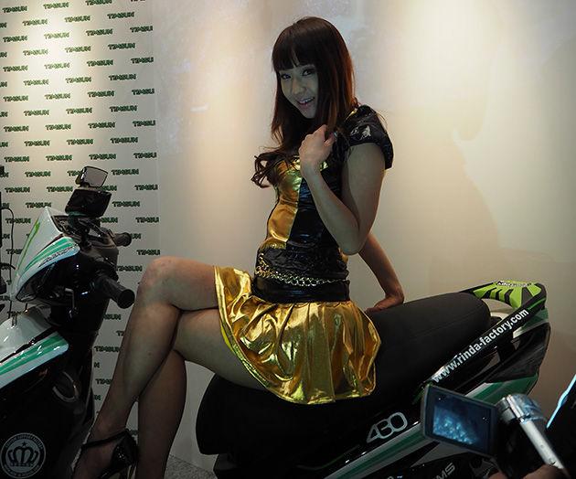 バイクに跨ってこちらをそそるエロい女