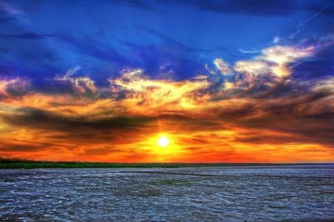 鮮やかな夕焼けと海