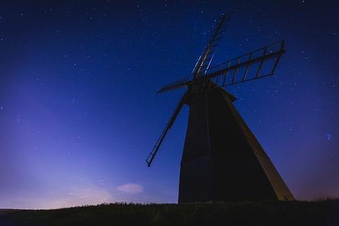 日が沈んだ中の風車小屋