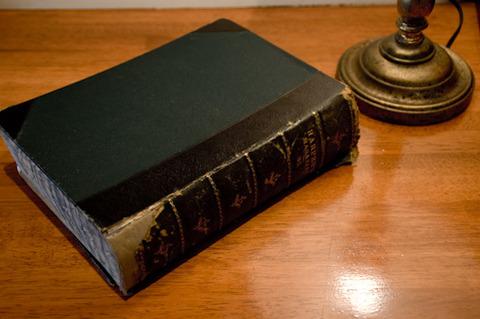 黒い革表紙の本