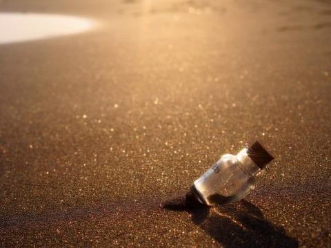 砂浜のビン