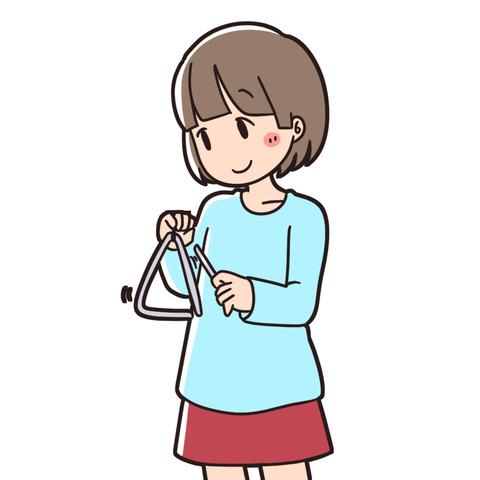 トライアングルを演奏する女の子