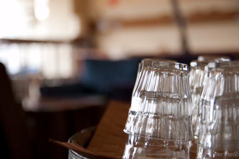 グラス越しのテーブル