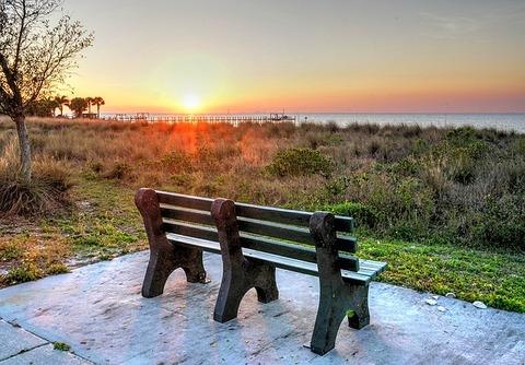 夕日のさすベンチ