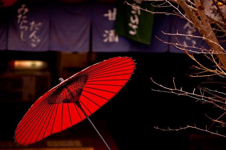大雨の中で傘も差さずに一人で立ってる女性