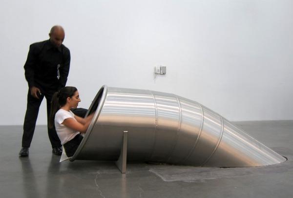 """【衝撃】美術館に登場した""""超巨大滑り台""""楽しそうすぎてワロタwwwwwwwwwwwのサムネイル画像"""