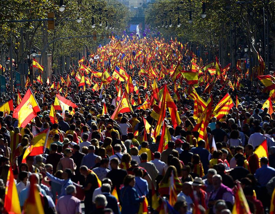 カタルーニャで「独立反対」大規模デモ、数十万人がスペイン国歌を歌いスペイン国旗で街を埋め尽くすwwwwwww のサムネイル画像