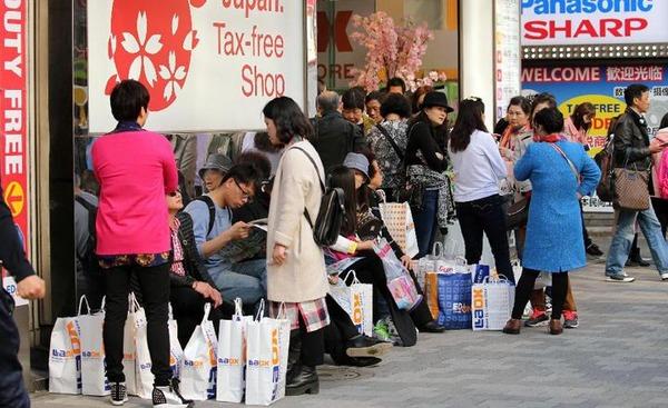 日本政府が中国人観光客のビザ要件の所得制限下げを検討 リピータの獲得が狙いかのサムネイル画像