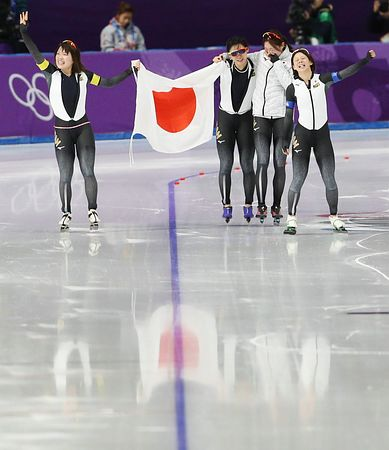 【平昌五輪】安倍首相「素晴らしいチームワークで新記録、日本の底力を示してくれた」 スピードスケート女子団体金メダルを祝福へ!!!のサムネイル画像