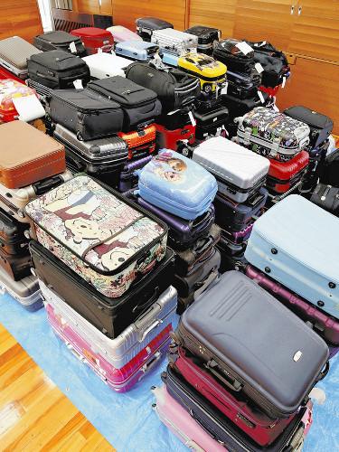 【悲報】空港における「スーツケースのポイ捨て」がトマラナイwwwwwwwwwwwwwwのサムネイル画像