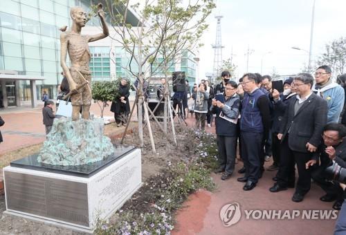 【韓国】日本に強制徴用された労働者の像 済州島に設置wwwwwwwwwのサムネイル画像