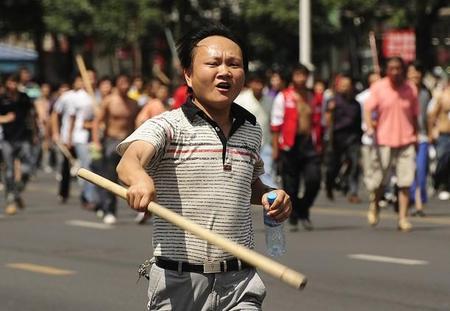 【中国人同士の喧嘩】日本人仰天!上野で頭に鉄パイプ刺したまま歩いてる中国人男性発見し119番通報へのサムネイル画像