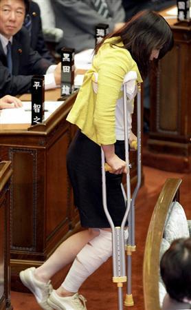 松葉づえで登場した民主のバカ議員、ケガした設定を忘れて足を組んでしまうのサムネイル画像
