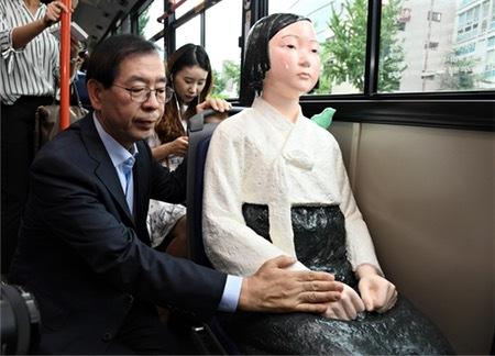 【衝撃】慰安婦少女像バスに韓国人賞賛!日本からは「やり過ぎ」と批判の声のサムネイル画像