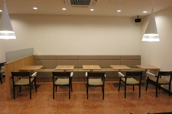 女「男性は飲食店のソファー席に座ってはダメ。男性は椅子、女性はソファー席が当たり前のマナー。」のサムネイル画像